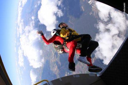 Skoki spadochronowe w tandemie- przyjemność nawet dla osób niepełnosprawnych!